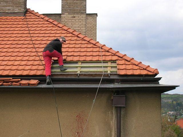Prohlídka střechy, identifikace zatékání