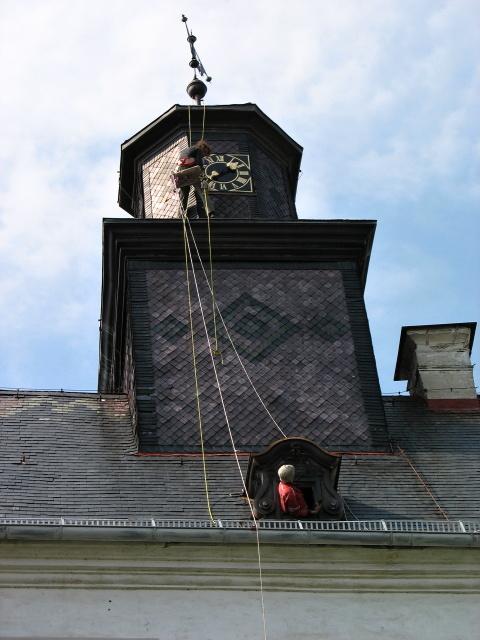 Montáž hodin na zámku Moos v SRN