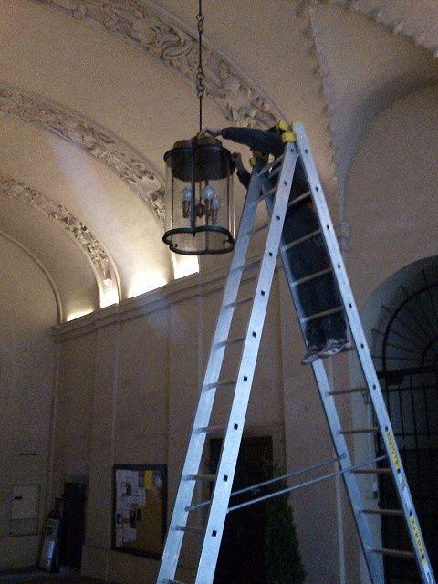 Čištění světel v Pálffy paláci