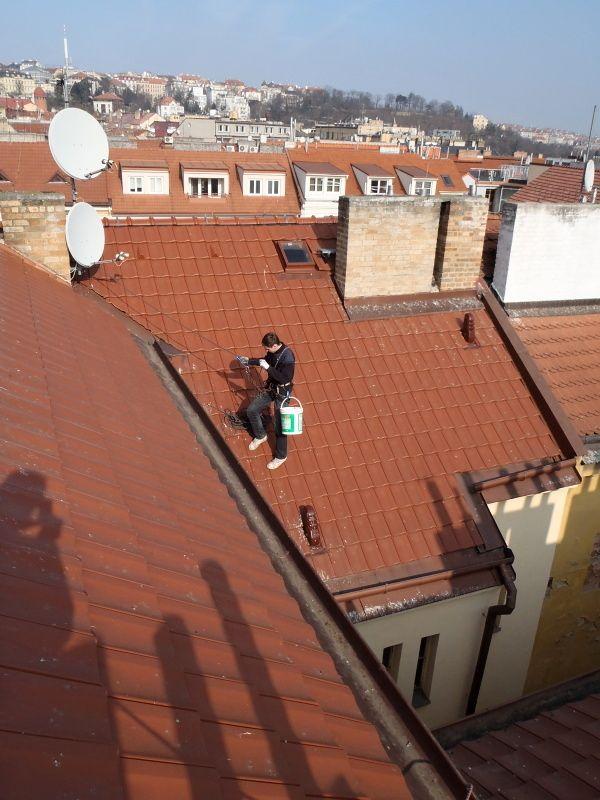 Prohlídky střech a čištění okapů