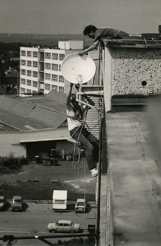 Tak jsme namontovali v r. 1989 jeden z prvních satelitů na sídlišti v Praze 10