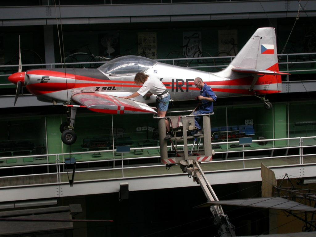 Čištění letadla v Národním Technickém muzeu