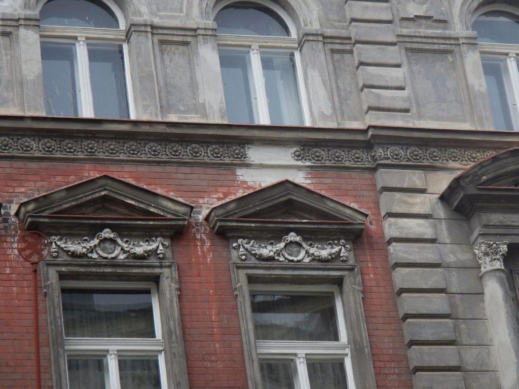 Detail fasády Sázavská před rekonstrukcí