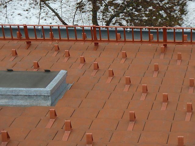Protisněhové háky a tyčový sněholam na střeše