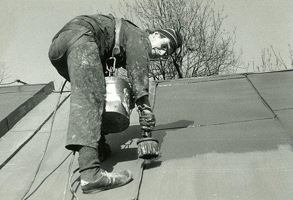 Jeden z prvních našich nátěrů střechy v r. 1989