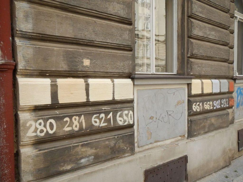 Barevné zkoušky na fasádě Sázavská