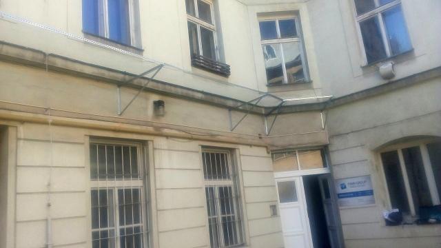Záchytná konstrukce se sítí proti pádu fasády a předmětů na chodník