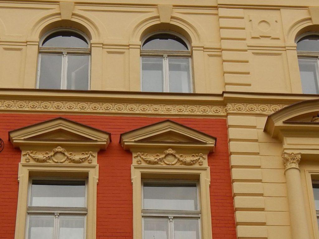 Detail fasády Sázavská po rekonstrukci