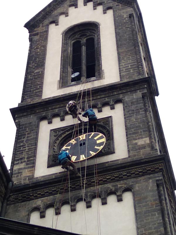 Výšková demontáž hodin na Karlínském námv Praze, leden 2020