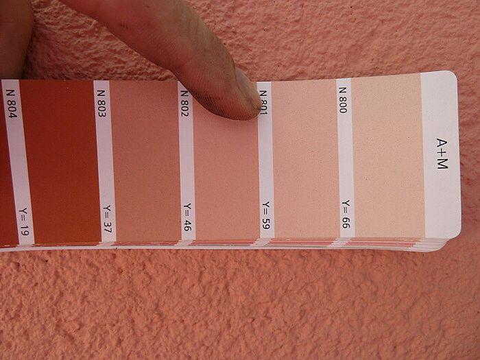 Výběr fasádní barvy podle vzorníků renomovaných výrobců