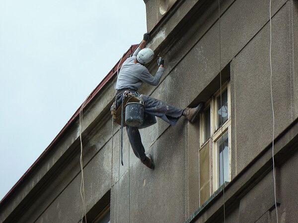 Mistr horolezec při opravě římsy