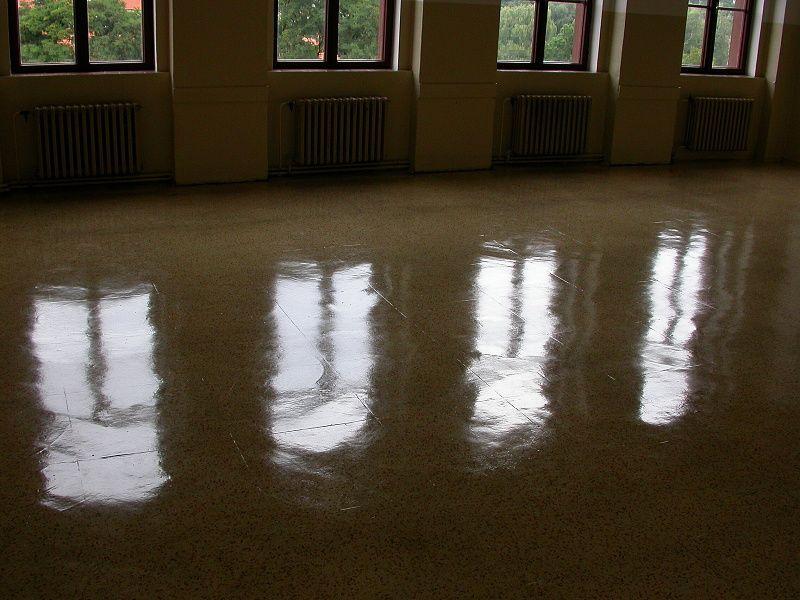 Po aplikaci polymerního vosku je podlaha jako zrcadlo
